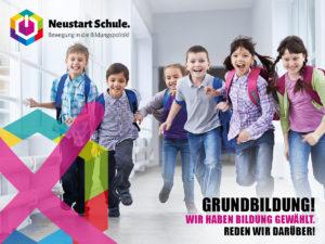 Poster: Grundbildung. Mehrere Kinder laufen im Schulgebäude in Richtung Kamera.